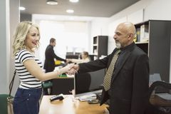 Χειραψία πελατών και δικηγόρων στην αρχή στοκ φωτογραφίες με δικαίωμα ελεύθερης χρήσης