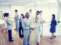 Χειραψία προσώπων δύο επιχειρήσεων στο γραφείο στοκ φωτογραφίες