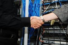 Χειραψία στο δωμάτιο κεντρικών υπολογιστών Στοκ φωτογραφία με δικαίωμα ελεύθερης χρήσης