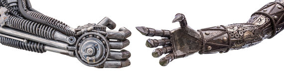χειραψία του μεταλλικού cyber ή του ρομπότ που γίνεται από το μηχανικό ratche Στοκ Εικόνες