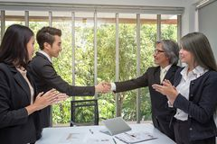 Χειραψία Το επιχειρησιακό συνδυαζόμενο τίναγμα παραδίδει το γραφείο Το τίναγμα δύο επιχειρηματιών παραδίδει το γραφείο ασιατικά Τ στοκ εικόνα με δικαίωμα ελεύθερης χρήσης