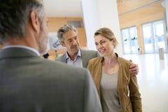 Χειραψία τραπεζικών συμβούλων και πελατών Στοκ Εικόνα