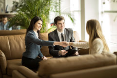 Χειραψία των συνέταιρων μετά από να συζητήσει μια νέα σύμβαση σε ένα σύγχρονο γραφείο Στοκ Φωτογραφίες