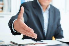χειραψία χεριών επιχειρηματιών η προσφορά του Χαιρετισμός ή να συγχάρει της χειρονομίας Στοκ εικόνες με δικαίωμα ελεύθερης χρήσης