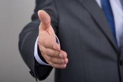 χειραψία χεριών επιχειρηματιών η προσφορά του Στοκ Εικόνα