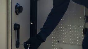 Χειρισμός ληστών με τα κλεμμένα κλειδιά για να κλέψει τις περιπτώσεις χρημάτων από το ATM, έγκλημα στοκ φωτογραφία με δικαίωμα ελεύθερης χρήσης