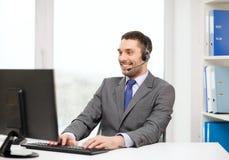 Χειριστής γραμμών βοήθειας με τα ακουστικά και τον υπολογιστή στοκ φωτογραφία με δικαίωμα ελεύθερης χρήσης