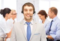 Χειριστής γραμμών βοήθειας με τα ακουστικά στο κέντρο κλήσης Στοκ εικόνες με δικαίωμα ελεύθερης χρήσης