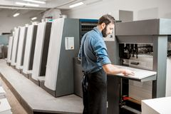 Χειριστής εκτύπωσης που εργάζεται στην κατασκευή στοκ φωτογραφίες