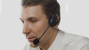 Χειριστής εξυπηρέτησης πελατών στην εργασία στο τηλεφωνικό κέντρο απόθεμα βίντεο