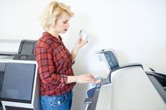 Χειριστής καταστημάτων εκτύπωσης στοκ εικόνες με δικαίωμα ελεύθερης χρήσης