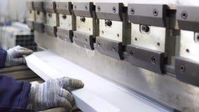 Χειριστής που απασχολείται στο κομμένο και κάμπτοντας φύλλο μετάλλων από την κάμπτοντας μηχανή φύλλων μετάλλων υψηλής ακρίβειας,  απόθεμα βίντεο