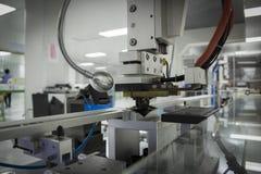 Χειριστής που επεξεργάζεται στη μηχανή με τη σύνδεση της μηχανής Στοκ Εικόνες