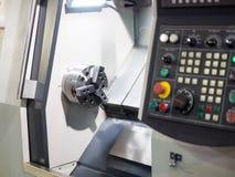 Χειριστής που επεξεργάζεται το αυτοκίνητο μέρος στη μηχανή από cnc τη μηχανή στροφής Στοκ Φωτογραφίες