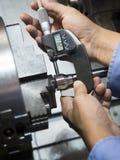 Χειριστής που επεξεργάζεται το μέρος φορμών και κύβων από CNC τη μηχανή στροφής στο φ στη μηχανή στοκ φωτογραφίες με δικαίωμα ελεύθερης χρήσης