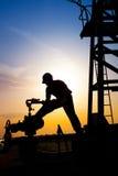 Χειριστής στο πετρέλαιο και τη πετρελαιοπηγή Στοκ Φωτογραφίες