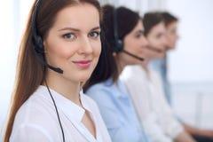 Χειριστής τηλεφωνικών κέντρων Νέα όμορφη επιχειρησιακή γυναίκα στην κάσκα στοκ εικόνα με δικαίωμα ελεύθερης χρήσης