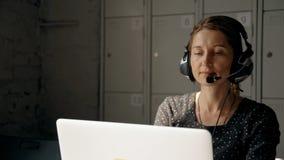 Χειριστής τηλεφωνικών κέντρων που μιλά με τους ανθρώπους που χρησιμοποιούν την κάσκα απόθεμα βίντεο
