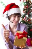 Χειριστής υπηρεσιών στο πίσω παρουσιάζοντας εντάξει σημάδι Χριστουγέννων με το παρόν Στοκ εικόνες με δικαίωμα ελεύθερης χρήσης