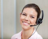 Χειριστής υποστήριξης πελατών με την κάσκα Στοκ Φωτογραφία