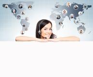 Χειριστής υποστήριξης πελατών που εργάζεται σε ένα γραφείο τηλεφωνικών κέντρων Globa Στοκ φωτογραφία με δικαίωμα ελεύθερης χρήσης
