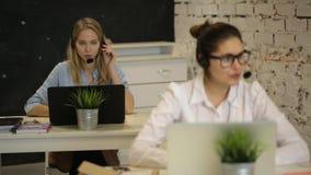 Χειριστής υποστήριξης πελατών που εργάζεται σε ένα τηλεφωνικό κέντρο φιλμ μικρού μήκους