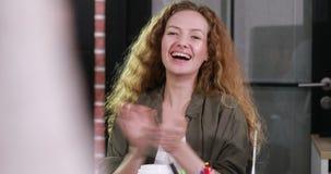 Χειροκρότημα γυναικών χαμόγελου όμορφο καυκάσιο απόθεμα βίντεο