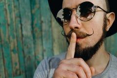 Χειρονομία ατόμων Hipster για τη σιωπή που παρουσιάζει σημάδι παύσης στοκ φωτογραφίες με δικαίωμα ελεύθερης χρήσης