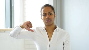 Χειρονομία του αντίχειρα κάτω από την αφροαμερικανίδα γυναίκα στην αρχή Στοκ Φωτογραφία