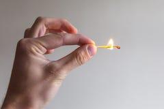 Χειρονομία χεριών ατόμων με την αντιστοιχία πυρκαγιάς στοκ εικόνα με δικαίωμα ελεύθερης χρήσης