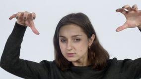 Χειρονομίες κοριτσιών με τα χέρια στη κάμερα απόθεμα βίντεο