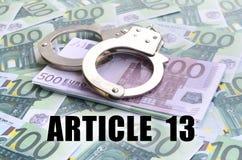 Χειροπέδες αστυνομίας στους ευρο- λογαριασμούς και την επιγραφή άρθρου 13 στοκ φωτογραφία με δικαίωμα ελεύθερης χρήσης