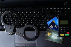 Χειροπέδες αστυνομίας χάλυβα, τραπεζικές κάρτες και συσκευή πληρωμής που βρίσκονται στο Κ Στοκ φωτογραφία με δικαίωμα ελεύθερης χρήσης