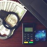 Χειροπέδες αστυνομίας χάλυβα, τραπεζική κάρτα, δολάρια χρημάτων, συσκευή πληρωμής Στοκ Φωτογραφία