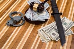 Χειροπέδες, δολάριο, δικαστής σφυριών και μαχαίρι στοκ εικόνες με δικαίωμα ελεύθερης χρήσης