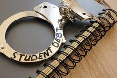Χειροπέδες με το χρέος σπουδαστών σημαδιών στοκ εικόνες με δικαίωμα ελεύθερης χρήσης