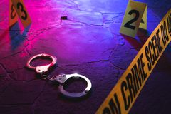 Χειροπέδες σκηνών εγκλήματος στο πάτωμα τη νύχτα στοκ φωτογραφίες