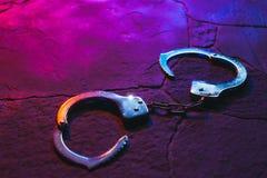 Χειροπέδες στο πάτωμα τη νύχτα στοκ εικόνα με δικαίωμα ελεύθερης χρήσης