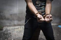 Χειροπέδη με το φυλακισμένο στη φυλακή, έννοια εγκληματιών και ληστών Σκοτεινός τόνος, εκλεκτική εστίαση στη χειροπέδη στοκ φωτογραφίες με δικαίωμα ελεύθερης χρήσης