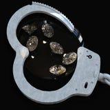 Χειροπέδες και διαμάντια που συμβολίζουν την τρισδιάστατη απόδοση ερωτευμένων υποθέσεων κακίας Στοκ εικόνα με δικαίωμα ελεύθερης χρήσης