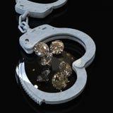 Χειροπέδες και διαμάντια που συμβολίζουν την τρισδιάστατη απόδοση ερωτευμένων υποθέσεων κακίας Στοκ Φωτογραφίες