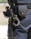 Χειροπέδες και ολλανδικός αστυνομικός μπαστουνιών Στοκ Εικόνα