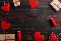 Χειροποίητα αισθητά κόκκινο καρδιές, δώρα και σχοινιά με τα νήματα Έννοια, έμβλημα, διάστημα αντιγράφων, μορφή στοκ εικόνες με δικαίωμα ελεύθερης χρήσης