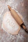 Χειροποίητα ακατέργαστα επίπεδα φρέσκα ζυμαρικά με τον κύλινδρο Στοκ φωτογραφία με δικαίωμα ελεύθερης χρήσης