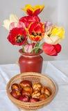 Χειροποίητα αυγά Πάσχας με τις τουλίπες Στοκ εικόνες με δικαίωμα ελεύθερης χρήσης