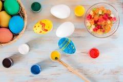 Χειροποίητα αυγά Πάσχας χρώματος, praparetion για Πάσχα στοκ φωτογραφία με δικαίωμα ελεύθερης χρήσης