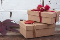 Χειροποίητα δώρα που τυλίγονται στο έγγραφο τεχνών για τον ξύλινο πίνακα Στοκ εικόνες με δικαίωμα ελεύθερης χρήσης