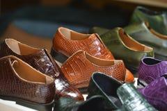 Χειροποίητα ζωηρόχρωμα παπούτσια ατόμων πολυτέλειας σε ένα εργοστάσιο στοκ εικόνες