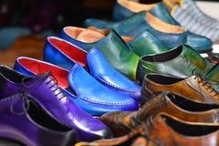 Χειροποίητα ζωηρόχρωμα παπούτσια ατόμων πολυτέλειας σε ένα εργοστάσιο στοκ εικόνα