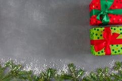 Χειροποίητα κιβώτια δώρων Χριστουγέννων στο διαστιγμένο έγγραφο χρώματος, κορδέλλες Στοκ Εικόνα